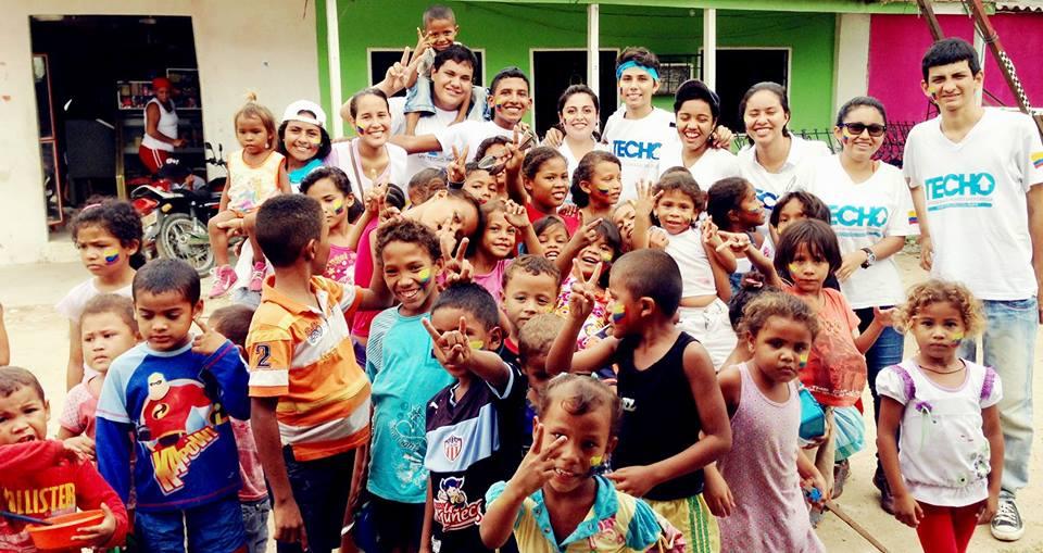 glückliche Kinder und TECHO Mitarbeiter