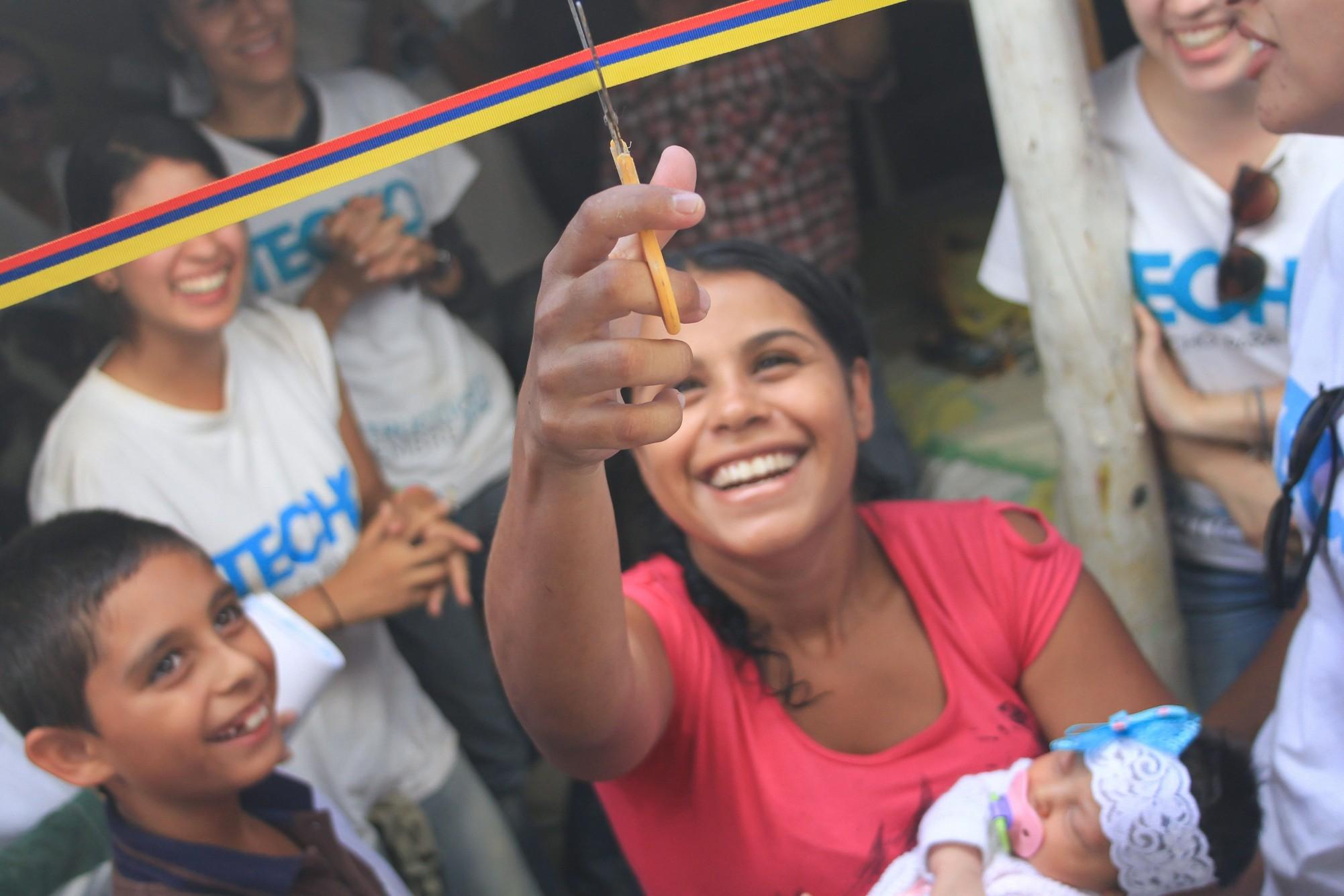 glückliche Mutter schneidet Eröffnungsband TECHO