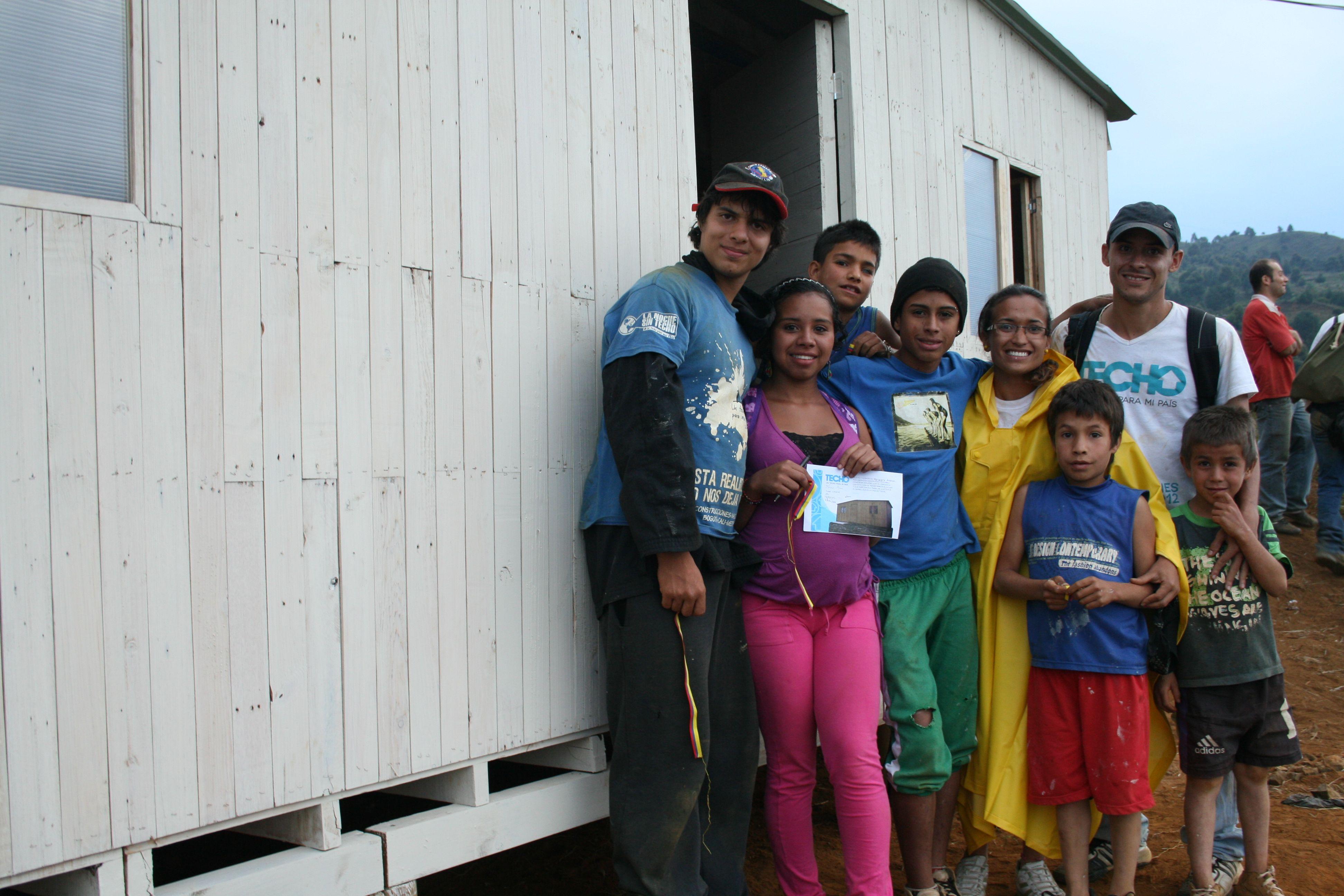Familie vor neuem Hause TECHO