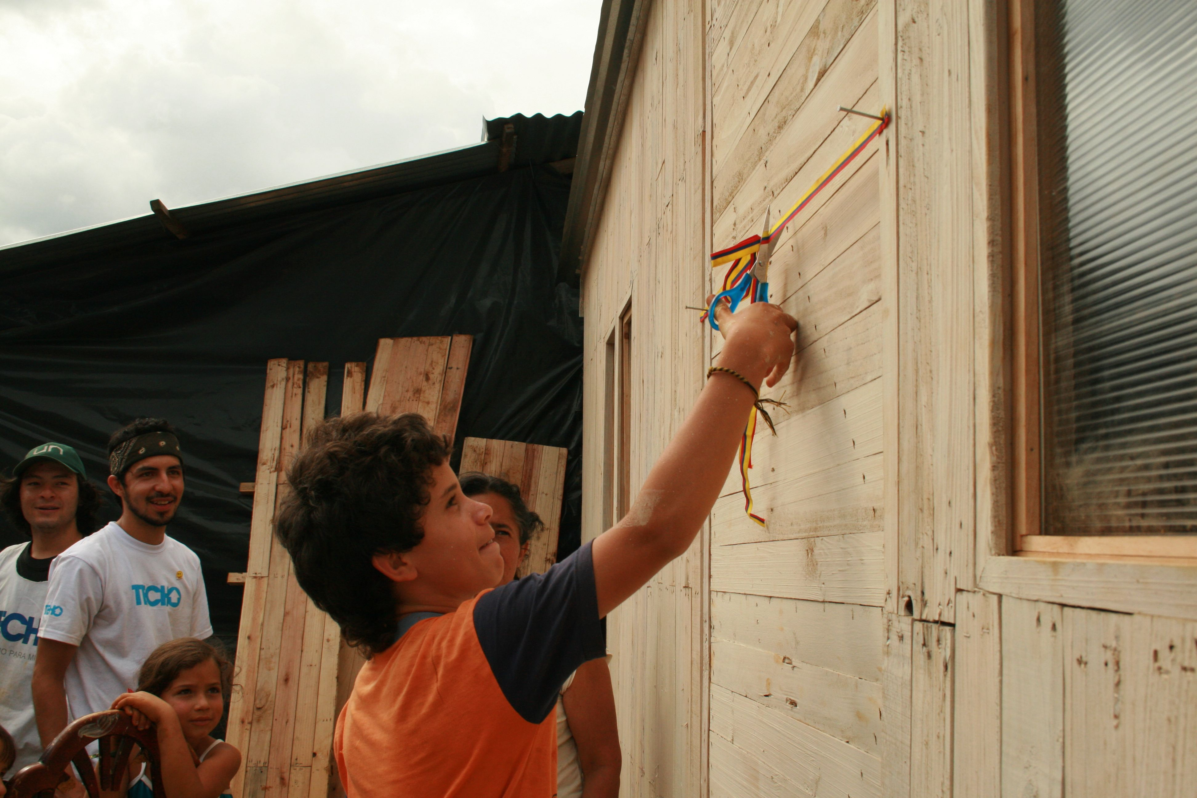 Kind eröffnet Gebäude TECHO